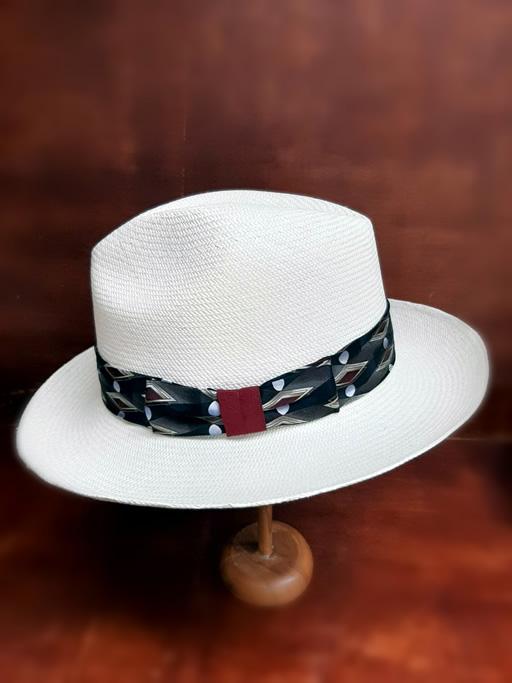 Upcycling: corbatas reutilizadas como bandas para los sombreros.